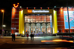 Beleuchtete Fassade vom Hamburger Operettenhaus am Spielbudenplatz - Nachtaufnahmen aus der Hansestadt Hamburg.