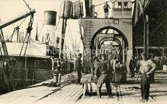 Historische Hafenszene aus Antwerpen / Belgien - Hafenarbeiter entladen ein Frachtschiff, Ladung Nitrat.