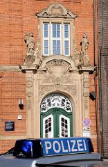 Eingang der 1908 erbaute Polizeiwache am Klingberg in der Hamburger Altstadt - Architekt Albert Erbe.