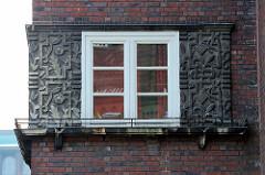 Florales Dekor / Bänderwerk - Fenster, Kontorhausviertel Hamburg.