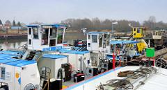 Schubschiffe im Peutehafen an der Norderelbe im Stadtteil Hamburg Veddel.