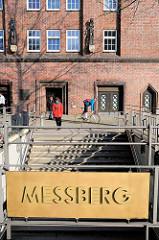 Eingang / Schild U-Bahnstation Messberg - im Hintergrund der Messberghof im Hamburger Kontorhausviertel.