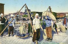 Historische Fotografie von Hafenarbeitern in Antwerpen / Belgien - Sackträger + Waage; im Hintergrund Güterwaggons.