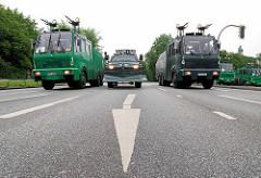 Wasserwerfer und Räumfahrzeug der Polzei - Verkehrspfeile; Demonstration in Hamburg St. Pauli, Millerntorplatz.