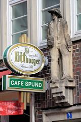 Sandsteinskulptur - Beruf Zimmermann - männliche Figur in Zimmermannskluft auf Wanderschaft ; Bildhauer Richard Kuöhl - Altstädter Hof, Kontorhausviertel Hamburg.