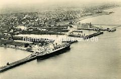 Historische Luftaufnahme von Cuxhaven - ein Passagierschiff liegt am Steubenhöft - dahinter die HAPAG Auswandererhallen.