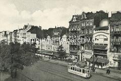 Altes Foto aus Hamburg St. Pauli - Wohnhäuser und Geschäfte an der Reeperbahn, eine Straßenbahn fährt Richtung Altona.