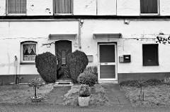 Wohnhaus / Eingänge eines Wohnhauses am Veddeler Elbdeich in Hamburg Veddel.