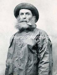 Historisches Portrait eines Kabelaufischers in Frankreich - dichter Bart, Pfeife im Mund.