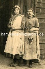 Zwei Frauen / Näherin für Sackreparatur in Antwerpen / Belgien.