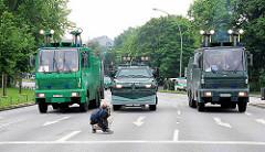 Wasserwerfer und Räumfahrzeug der Polzei - Verkehrspfeile - Fotograf bei der Arbeit; Demonstration in Hamburg St. Pauli, Millerntorplatz.