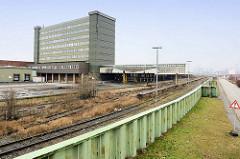 Hochwasserschutz / Sturmflutschutz am Holthusenkai im Hamburger Stadtteil Kleiner Grasbrook - Spundwand; dahinter Gleisanlagen der Hamburger Hafenbahn und das Übersee-Zentrum.