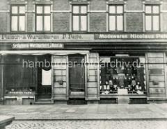 Historische Ansicht vom Sieldeich auf der Hamburger Veddel - Geschäfte mit Schaufenster, Auslagen.
