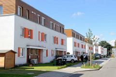 Kubische Doppelhäuser - parkende Autos, Stellplätze - Hans Rubbert Straße in Hamburg Billstedt.
