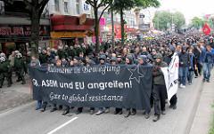 Demonstration in Hamburg / Reeperbahn auf St. Pauli - Schwarzer Block von Polizisten begleitet.