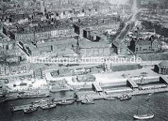 Alte Luftaufnahme von den St. Pauli Landungsbrücken und Teilen von Hamburg St. Pauli. Im Vordergrund re. das Kuppelgebäude vom Elbtunnel u. lks. die Hafenstraße.