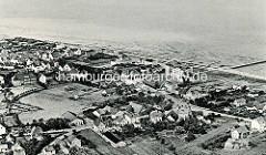 Historische Luftansicht vom Nordseebad Duhnen bei Cuxhaven - Blick auf Wohnhäuser und die Strandpromenade.