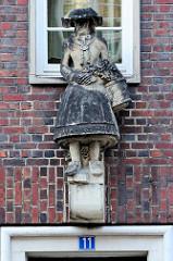 Sandsteinskulptur - Beruf Blumenbäuerin / Händlerin in Vierländer Tracht; Bildhauer Richard Kuöhl - Altstädter Hof, Kontorhausviertel Hamburg.