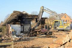 Abbrucharbeiten beim Bauernhof Ahlers im Dorfring von Wilstedt. Mit dem Bagger werden die unterschiedlichen Baustoffe für das Recycling sortiert