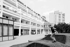 Großwohnsiedlung Hamburg Mümmelmannsberg - Stadtteil Billstedt; Wohnhäuser mit Balkons - Geschäfte.