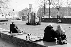 Mittagspause am Messberg im Hambuger Kontorhausviertel. Im Hintergrund Gebäude in der Hafencity.