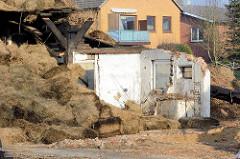 Fotodokumentation vom Abriss des Bauernhof Ahlers in Tangstedt - die alten Heuballen werden vom Heuboden entfernt und entsorgt.