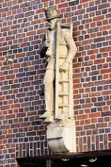 Sandsteinskulptur - Beruf Schornsteinfeger- männliche Figur mit Zylinder, Leiter und Kaminbesen; Bildhauer Richard Kuöhl - Altstädter Hof, Kontorhausviertel Hamburg.