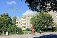 Hochspannungsleitung über Wohngebäude - Bushaltestelle in der Charlottenburger Straße in Jenfeld.
