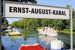 Bilder aus Hamburg Wilhelmsburg - Anleger / Schild Ernst August Kanal - Sportboot in Fahrt.