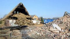 Bilddokumentation vom Abriss des Bauernhof Ahlers in Tangstedt - die alten Heuballen werden vom Heuboden entfernt und entsorgt.