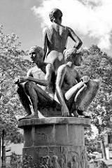 Kunst im Öffentlichen Raum - Skulptur in der Fussgängerzone Möllner Landstaße. Bronze Säule mit Figurengruppe.
