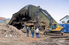 Abbruch vom historischen Reetdachhaus in Wilstedt - Abrissbagger bei der Arbeit, Reste vom Reetdach.