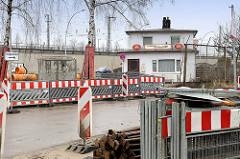 Baustelle an der  Fischgastätte Veddel an der Tunnelstraße - re. der ehem. Zollzaun vom Hamburger Freihafengebiet.