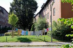 Große Wäsche an der Stengeletwiete in Hamburg Horn - Wäscheleine vom Baum zum Laternenpfahl.