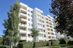 Hochhaus / Wohnblock mit Balkons - Architektur in der Gubener Straße - Hamburg Jenfeld.