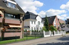 Wohnhäuser in unterschiedliche Baustile an der Steinbeker Marktstraße in Hamburg Billstedt.