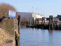 Blick in den Moldauhafen an der Hamburger Norderelbe - lks. ein altes Hafenbecken-Namenschild, blau mit weißer Schrift - im Hintergrund ein Lagergebäude vom Übersee-Zentrum. Das Hafenbecken Moldauhafen wurde  1887 gebaut - ein 30.000 Quadratmeter