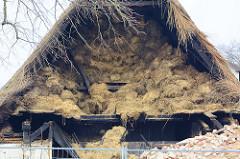 Bis zum Dachfirst mit Heuballen gefüllter Heuboden - Abriss vom ehem. Bauernhof Ahlers in Wilstedt/Tangstedt.