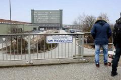 Hochwasserschutzanlage Am Moldauhafen, Kleiner Grasbrook - Hansestadt Hamburg; Blick auf das Übersee-Zentrum.