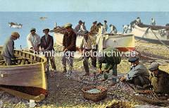Altes Farbbild - Fischer am Strand, sammeln die gefangenen Fische aus dem Netz in Körbe - Ruderboote an Land.