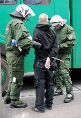Festnahme durch die Polzei - Festgenommener mit Kabelbinder gefesselt - Demonstration in Hamburg, Willy Brandt Straße.