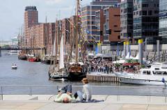 Magellan Terrassen in der Hamburger Hafencity - Blick auf den Sandtorhafen / Traditionsschiffhafen.