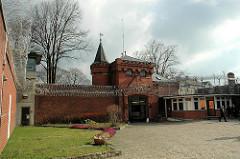 Innenhof beim historischen Backstein - Eingang der Hamburger Justizvollzugsanstalt Fuhlsbüttel - Santa Fu.