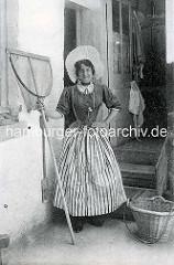 Alte Aussenaufnahme einer Fischerin in Tracht mit Schürze und Haube - Ketscher und Weidenkorb / Frankreich.