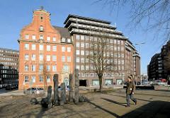 Platz Messberg im Hamburger Kontorhausviertel - re. das Chilehaus, lks. die 1908 erbaute Polizeiwache am Klingberg - Architekt Albert Erbe.
