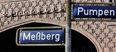 Straßenschild Meßberg / Pumpen - im Hintergrund Schriftzug Chilehaus im Hamburger Kontorhausviertel.