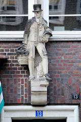 Sandsteinskulptur - Beruf Gemüsebauer / Händler in Vierländer Tracht Bildhauer Richard Kuöhl - Altstädter Hof, Kontorhausviertel Hamburg.