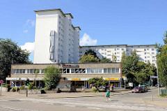 Hochhausanlage mit vorgelagerten Geschäftgebäuden / Einzelhandel in Hamburg Jenfeld.