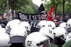 Demonstration in Hamburg - Transparent TOTAL FREEDOM; Polizisten in Kampfmontur / Helm - Reeperbahn in Hamburg St. Pauli.