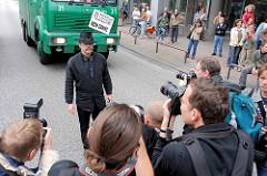 Hutträger mit Schild Polizeistaat Nein Danke; Presse Fotografen fotografieren den Protestler vor einem Polizeiauto; Demonstration in Hamburg.